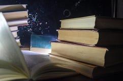 Πολλά παλαιά βιβλία σε έναν σωρό Έννοια Knoledge Βιβλία σε ένα σκοτεινό υπόβαθρο με τα στοιχεία καπνού Βιβλίο Bewitched στο κέντρ Στοκ εικόνες με δικαίωμα ελεύθερης χρήσης