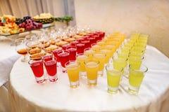 Πολλά ποτά οινοπνεύματος στον πίνακα μπουφέδων, να εξυπηρετήσει Στοκ Φωτογραφίες