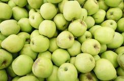 πολλά πράσινα juicy φρούτα μήλων στην αγορά Στοκ φωτογραφία με δικαίωμα ελεύθερης χρήσης