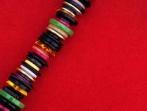 Πολλά ράβοντας κουμπιά στο κόκκινο ύφασμα - ράψιμο, dressmaking υπόβαθρο Στοκ εικόνα με δικαίωμα ελεύθερης χρήσης