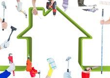 Πολλά χέρια με τα διαφορετικά εργαλεία με το πράσινο υπόβαθρο σπιτιών Στοκ Εικόνες