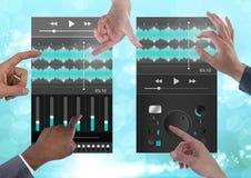 Πολλά χέρια σχετικά με την υγιή μουσική και τον ακουστικό εξισωτή App Interfa συνεργασίας εφαρμοσμένης μηχανικής παραγωγής Στοκ Εικόνες