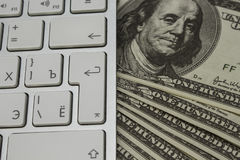 Πολλά χρήματα σε ένα πληκτρολόγιο υπολογιστών Στοκ φωτογραφία με δικαίωμα ελεύθερης χρήσης