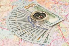 Πολλά χρήματα στο χάρτη κάτω από την πυξίδα Στοκ φωτογραφίες με δικαίωμα ελεύθερης χρήσης