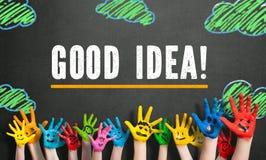 Πολλά χρωματισμένα χέρια παιδιών με τα smileys και το μήνυμα & x22 Καλή ιδέα! & x22  Στοκ Εικόνα
