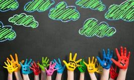 Πολλά χρωματισμένα χέρια παιδιών με τα smileys Στοκ φωτογραφία με δικαίωμα ελεύθερης χρήσης