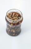 Πολλές άκρες τσιγάρων σε ένα μπουκάλι που καλύπτεται Στοκ φωτογραφία με δικαίωμα ελεύθερης χρήσης