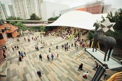 Πολλές άνθρωποι και οικογένειες που χαλαρώνουν και μουσική οδών ακούσματος σε ένα τετράγωνο κατά τη διάρκεια των διακοπών Στοκ Φωτογραφία