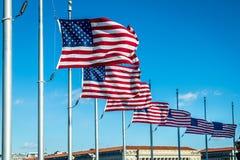Πολλές αμερικανικές σημαίες που κυματίζουν στο μνημείο της Ουάσιγκτον - Ουάσιγκτον, Δ Γ , ΗΠΑ Στοκ εικόνα με δικαίωμα ελεύθερης χρήσης