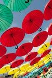 Πολλές από τις ζωηρόχρωμες κρεμώντας ομπρέλες Στοκ Φωτογραφία