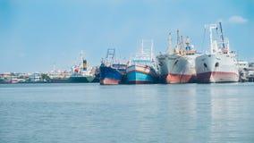 Πολλές βάρκες έδεσαν παράλληλα με το σπίτι, αλιευτικά σκάφη με το μπλε SK Στοκ Εικόνα
