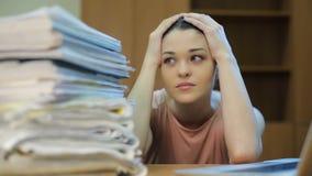 Πολλές γραφική εργασία και λυπημένη γυναίκα απόθεμα βίντεο