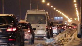 Πολλές κινήσεις αυτοκινήτων στη γέφυρα στη χειμερινή νύχτα φιλμ μικρού μήκους