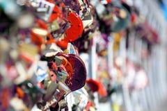 Πολλές κρεμώντας γαμήλιες κλειδαριές στη γέφυρα στοκ φωτογραφία με δικαίωμα ελεύθερης χρήσης
