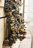 Πολλές κλειδαριές της αγάπης στο κύμα διαμορφώνουν Στοκ φωτογραφίες με δικαίωμα ελεύθερης χρήσης
