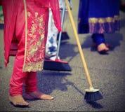 πολλές ξυπόλυτες γυναίκες σκουπίζουν το δρόμο κατά τη διάρκεια της τελετής στοκ φωτογραφίες