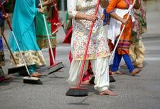 πολλές ξυπόλυτες γυναίκες σκουπίζουν το δρόμο κατά τη διάρκεια της τελετής κατά μήκος στοκ φωτογραφία με δικαίωμα ελεύθερης χρήσης