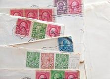 Πολλές παλαιές επιστολές, φάκελοι, ταχυδρομικά γραμματόσημα Στοκ Εικόνες