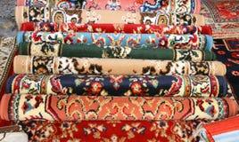 Πολλές πολύτιμες αρχαίες χρωματισμένες κουβέρτες μαλλιού που γίνονται κοντά παραδίδουν την Ασία Στοκ φωτογραφία με δικαίωμα ελεύθερης χρήσης