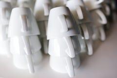 Πολλές σειρές των καθαρών άσπρων φλυτζανιών καφέ Στοκ φωτογραφία με δικαίωμα ελεύθερης χρήσης