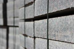 πολλές συγκρατήσεις για τις οικοδομές στις παλέτες επί του τόπου που βάζει το τετράγωνο πόλεων πλακών επίστρωσης Στοκ Εικόνα