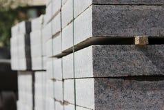 πολλές συγκρατήσεις για τις οικοδομές στις παλέτες επί του τόπου που βάζει το τετράγωνο πόλεων πλακών επίστρωσης Στοκ Εικόνες