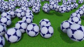 Πολλές σφαίρες ποδοσφαίρου που κυλούν και που αναπηδούν στον πράσινο τομέα χλόης 4K συνδετήρας ProRes ελεύθερη απεικόνιση δικαιώματος