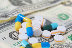 Πολλές χάπια και ταμπλέτες στο λογαριασμό δολαρίων Στοκ Φωτογραφίες