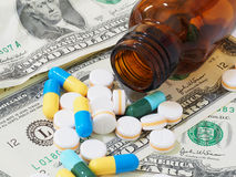 Πολλές χάπια και ταμπλέτες στο λογαριασμό δολαρίων Στοκ φωτογραφίες με δικαίωμα ελεύθερης χρήσης