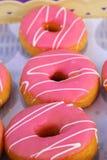 Πολλές donuts και φράουλα Στοκ φωτογραφία με δικαίωμα ελεύθερης χρήσης
