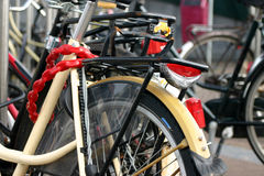 ποδήλατα που κλειδώνον&ta Στοκ φωτογραφίες με δικαίωμα ελεύθερης χρήσης