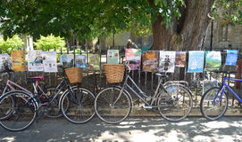 Ποδήλατα και αφίσες που συνδέονται με τα κιγκλιδώματα Καίμπριτζ Στοκ Φωτογραφία