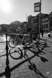 Ποδήλατα και σκιές στο Άμστερνταμ σε γραπτό Στοκ φωτογραφία με δικαίωμα ελεύθερης χρήσης
