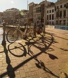 Ποδήλατα και σκιές στο Άμστερνταμ Στοκ Εικόνες