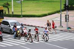 Ποδήλατα κύκλων αγοριών στην οδό Στοκ Φωτογραφίες