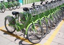 Ποδήλατα με τα καλάθια αγορών για τη μίσθωση Στοκ Εικόνες
