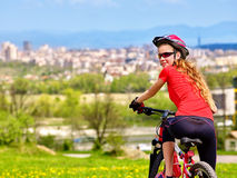 Ποδήλατα που ανακυκλώνουν το κορίτσι που φορά το κράνος Στοκ Φωτογραφία