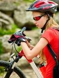 Ποδήλατα που ανακυκλώνουν το κορίτσι Ρολόι κοριτσιών Bicyclist στο έξυπνο ρολόι Στοκ φωτογραφίες με δικαίωμα ελεύθερης χρήσης
