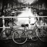 Ποδήλατα που εξάγονται ολλανδικά του καναλιού Στοκ φωτογραφία με δικαίωμα ελεύθερης χρήσης