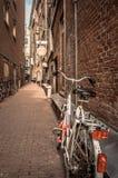Ποδήλατα σε μια αλέα στοκ φωτογραφία με δικαίωμα ελεύθερης χρήσης