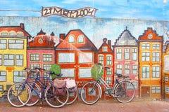 Ποδήλατα σε μια mural ζωγραφική με τα σπίτια καναλιών ύφους του Άμστερνταμ, Κάτω Χώρες Στοκ Εικόνες