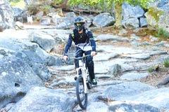 Ποδήλατο άσκησης νεαρών άνδρων moutain στο δάσος στοκ εικόνα
