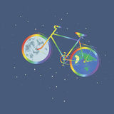 Ποδήλατο ένα ουράνιων τόξων πλανήτης Γη ροδών ένα άλλο φεγγάρι ροδών Ελεύθερη απεικόνιση δικαιώματος