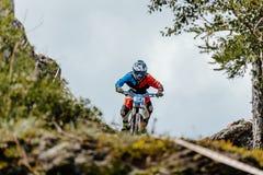 Ποδήλατο αναβατών ατόμων προς τα κάτω σε ένα ίχνος βουνών Στοκ Εικόνες