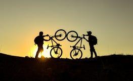 Ποδήλατο βουνών και τρελλή ομάδα για τον αθλητισμό Στοκ Φωτογραφίες