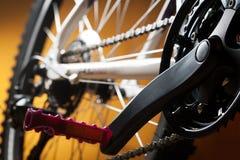 Ποδήλατο βουνών, μπροστινοί αλυσσοτροχός και πεντάλι Στοκ Εικόνες