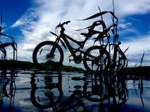 Ποδήλατο βουνών στο νερό Στοκ Φωτογραφία