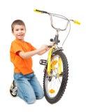 Ποδήλατο επισκευής αγοριών που απομονώνεται Στοκ φωτογραφία με δικαίωμα ελεύθερης χρήσης