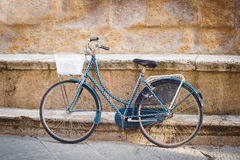 Ποδήλατο ισχυρισμού ενάντια σε ένα μνημείο τοίχων Στοκ Εικόνες