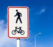 Ποδήλατο και για τους πεζούς οδικό σημάδι παρόδων στη θέση πόλων, ανακύκλωση ποδηλάτων Στοκ φωτογραφία με δικαίωμα ελεύθερης χρήσης